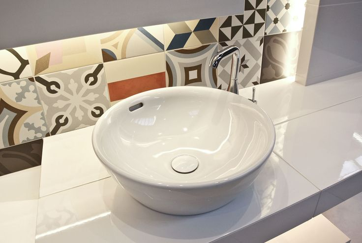#viverto #InspiracjeViverto #łazienka #bathroom #beautiful #perfect #pomysł #design #idea #nice #cool #inspiration #biel #white #klasyka #patchwork #mosaic #mozaika #kolory #kolorowo #colors #płytki #tiles  #ceramika #umywalka #armatura #baterie #bateria #wow  #moda #trend