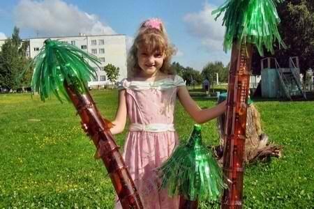 Пальмы из пластиковых бутылок - украшение детской дворовой площадки руками родителей и детей