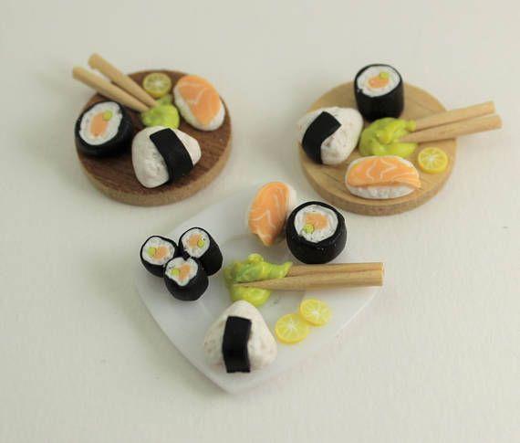 Vassoio con sushi in miniatura  modellato a mano in fimo
