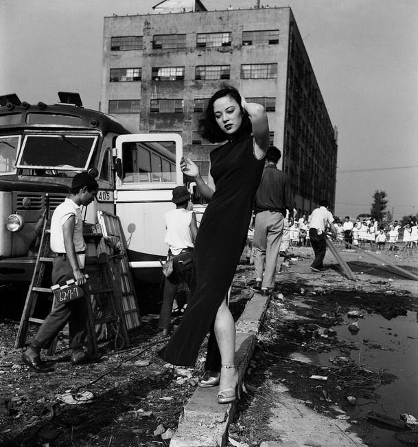 Ken Domon's photo of Yoshiko Yamaguchi (1952) 山口淑子  女優 (芸名 李香蘭)  actress 父親の仕事の都合で中国で生まれる。戦前から戦中にかけて中国人と偽り女優、歌手として活躍するが、終戦時に中国人から同胞を裏切った売国奴として、裁判にかけられるが、日本人としての身分を証明することで冤罪から免れることができた。帰国後、女優として、歌手として、政治家として活躍する。 特に日本と中国両国の架け橋となって、平和と友好を求め続けたことは言うまでもない。