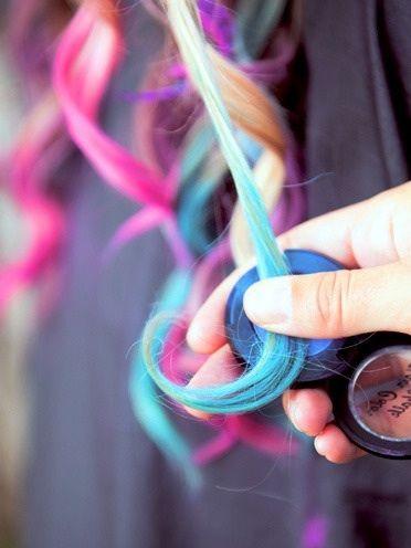 Gebruik hair chalk om mooie strepen, banen, lokjes, highlights of lowlights in het haar te maken. Ook is een prachtige dip dye mogelijk met hair chalk!  www.trendfeathers.nl