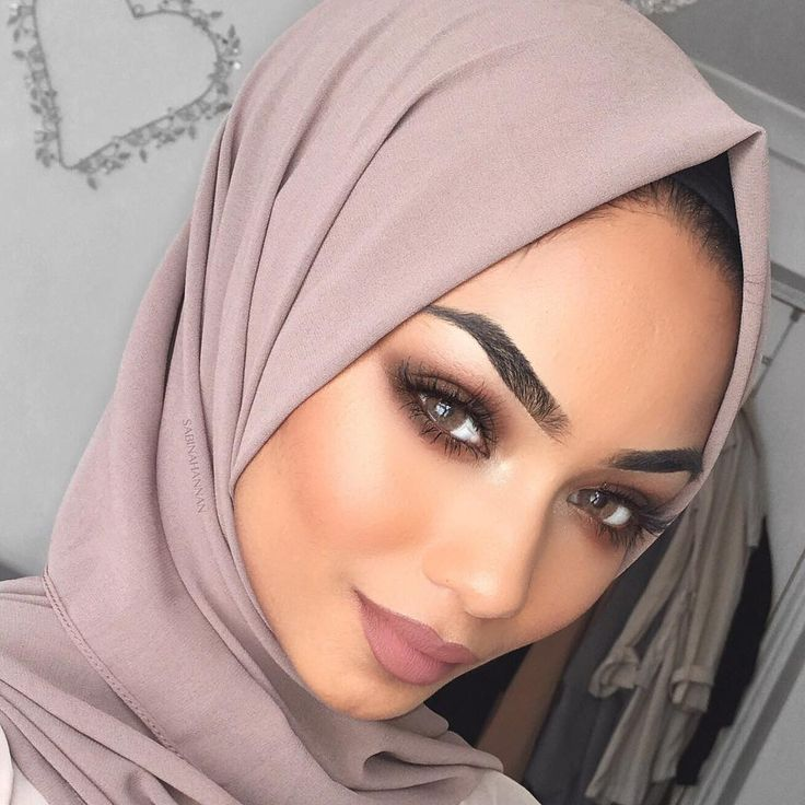 Throwback to one of my fave looks   Hijab from @voilechic in the colour - Earth Grey  Contacts lenses - @nadalenses_q8 in toffi Lashes - @hudabeauty in Samantha  Brows - @anastasiabeverlyhills dip brow pomade in dark brown  Inner corner highlight - @makeupgeekcosmetics loose glitter in star gazer  Contour - @makeupgeekcosmetics contour powder in deal breaker + half hearted  Blush - @makeupgeekcosmetics in chivalry…