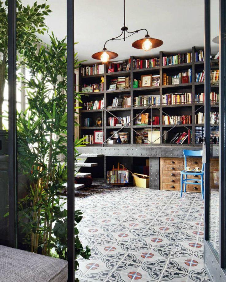 Construída em um terraço, esta biblioteca é do designer de interiores francês Mike Alleg