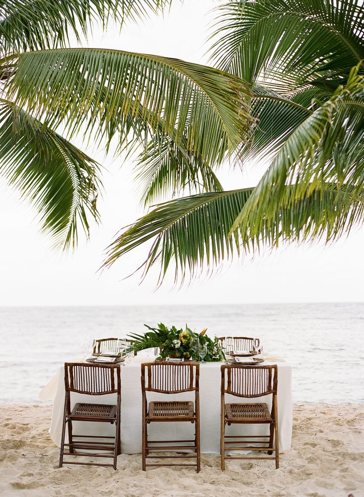 Tropical wedding table decor | Photography: Sylvie Gil