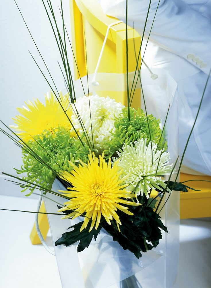 Examples of arrangements with Chrysanthemum indicum on the flower blog Ikebana Beautiful.