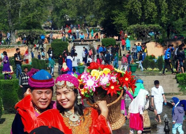 People throng at #MughalGarden on the occasion of Baisakhi festival in Srinagar Jammu and Kashmir on Wednesday.