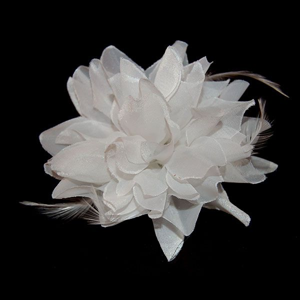 Deze witte stoffen bloem is multifunctioneel; u kunt deze bloem gebruiken als fascinator in uw haar middels de alligatorclip, u kunt de bloem in een staart zetten door gebruik van het haarelastiekje of u kunt de bloem gebruiken als polscorsage.
