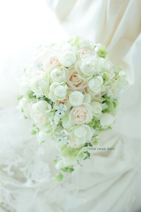 帝国ホテル様へのブーケ、 ベージュと白のバラをふんだんに使って。  お母様と一緒にお打合せにいらっしゃって 上品な仲良しな空気が、素敵でし...