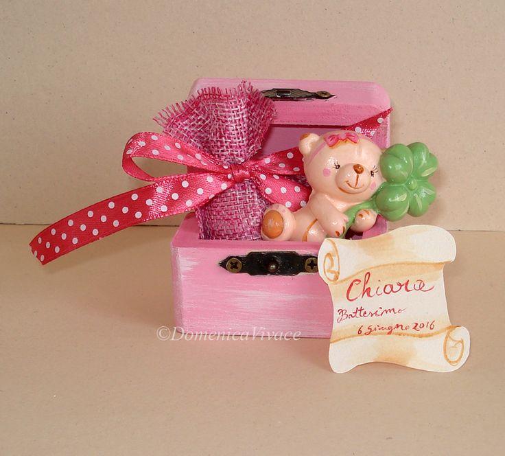 Bomboniera nascita/compleanno piccolo forziere in legno con orsetto in gesso magnete, dipinto a mano, completa di sacchetto porta-confetti  e piccola pergamena dipinta confezionati a mano.