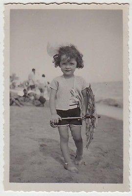 Foto anni 20/30 Viserba Rimini bambina con ombrellino in spiaggia_Romagna_36