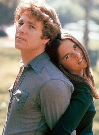 (1970) 名家の四世、オリバーとイタリア移民の娘、ジェニーという余りにも身の上の違う2人の切ないロマンスを描いた不朽の恋愛映画。彼らは次第に惹かれ合い父の反対を押し切ったオリバーは、ハーバードの法律学校へ入る少し前にジェニーと結婚。