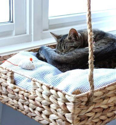 DIY Hanging window basket cat perch // Karnisra köthető függő macskaágy fonott kosárral (cicabútor) // Mindy - craft tutorial collection