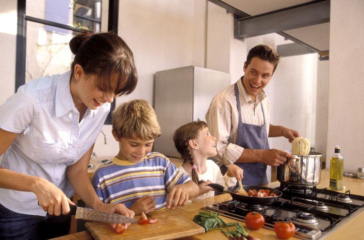Le arăți copiilor cum se procedează oferindu-le astfel cel mai bun start în dezvoltarea lor viitoare. Puteți petrece timpul împreună, la masă, discutând despre întâmplările de peste zi și, mai presus de toate, burucându-vă unul de compania celuilalt și de savoarea mâncărurilor gătite acasă. Astfel, familia va fi sănătoasă, puternică și fericită.