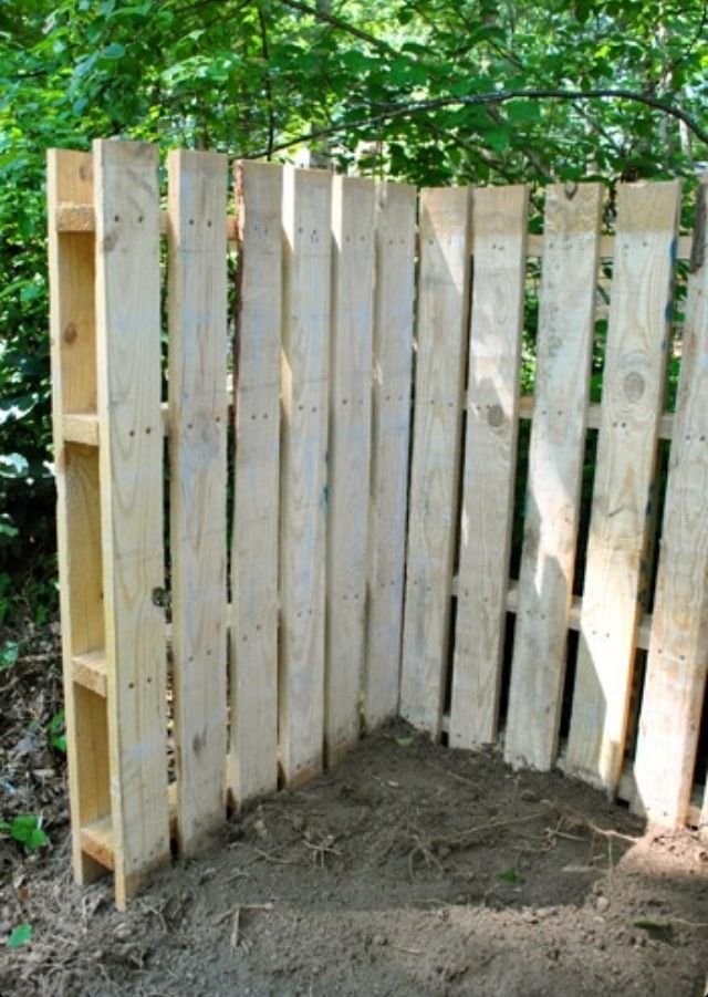 Pallet fence: cheap! But would the girls want to perch on it?