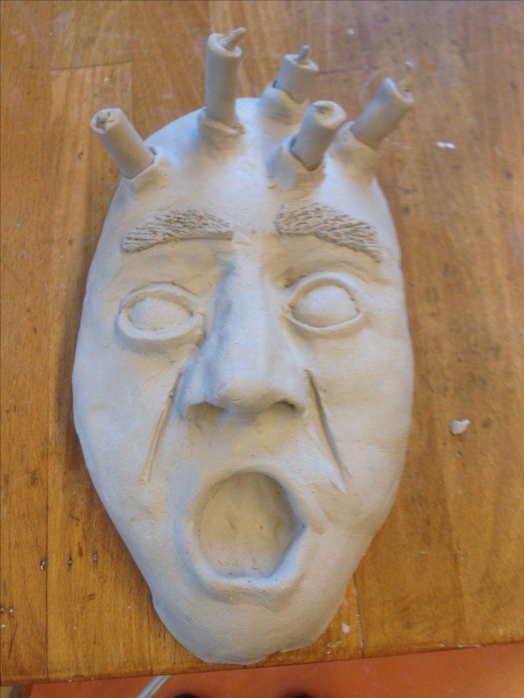Hier zie het masker in het geheel en heb ik de rotjes die uit het hoofd komen erop gezet