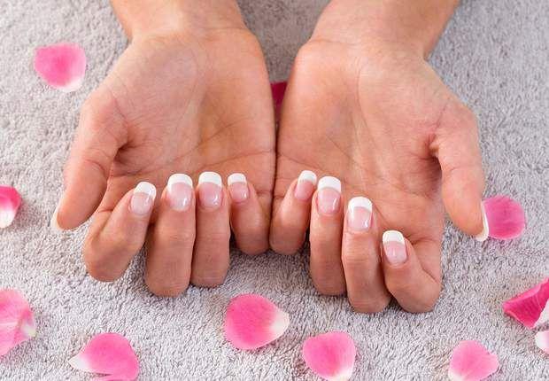 Jolies mains : blanchissez vos ongles- Si votre ongle est jaune parce que vous avez appliqué un vernis sans base, utilisez un polissoir abrasif qui éliminera la teinte superficielle en surface.- S'il est coloré par le tabac ou les produits ménagers, glissez votre ongle dans un demi-citron quelques minutes chaque jour.- En guise de soin SOS, mélangez une ½ cuillère à café de bicarbonate de soude à une noisette de dentifrice blancheur. Puis, avec une brosse à dents, frottez ce mélange 1 minute…