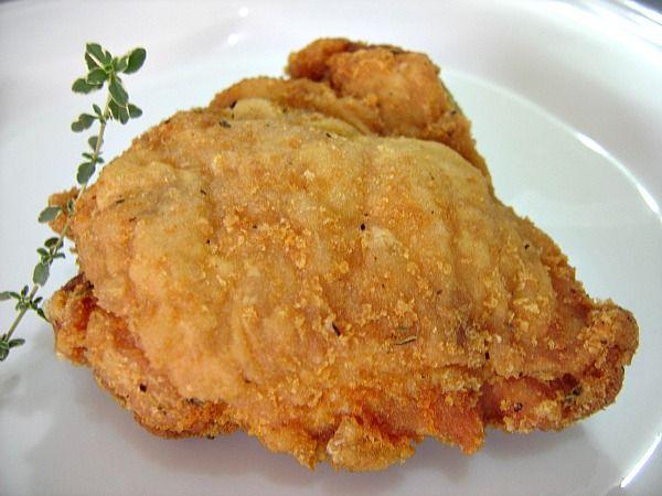 A Sobrecoxa de Frango Crocante é deliciosa, fácil de fazer e quem provar vai pedir bis. Faça um arroz branco e uma salada verde para acompanhar e receba mu