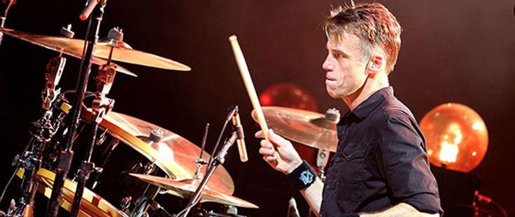 """Барабанистът Matt CameronотSoundgarden/Pearl Jamанонсира нов солов албум, озаглавен """"Cavedweller"""". Излиза на 22-ри септември от Migraine Music. Ето песните в него и обложката: 01 – """"Time Can't Wait"""" 02 – """"All At Once"""" 03 – """"Blind"""" 04 – """"Through The Ceiling"""" 05 – """"One Special Lady"""" 06 – """"In..."""