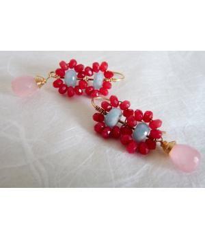 Prachtige oorbellen, handgemaakt uit 14 karaat Goldfilled draad. Er zijn rode Jade, Aquamarijn en Rozenkwarts steentjes gebruikt in dit ontwerp