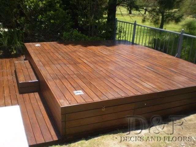Deck de madera en balcón.