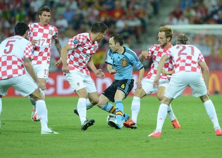 Andrés Iniesta, rodeado de cinco jugadores croatas.