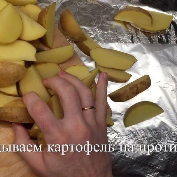 Картофель «Айдахо» – это блюдо американской кухни, столь же популярное, как и знаменитый картофель фри, но в разы более полезное и менее калорийное.  Почему между картофелем фри и айдахо лучше выбирать последний? Потому, что первый жарят в масле, а второй – запекают в духовке, а для желудка и фигуры такой способ приготовления картофеля, однозначно, предпочтительнее.  Мы ж на пэпэ😤 Для приготовления айдахо лучше всего подходит некрупный картофель: запеченный в кожуре, он получается еще более…