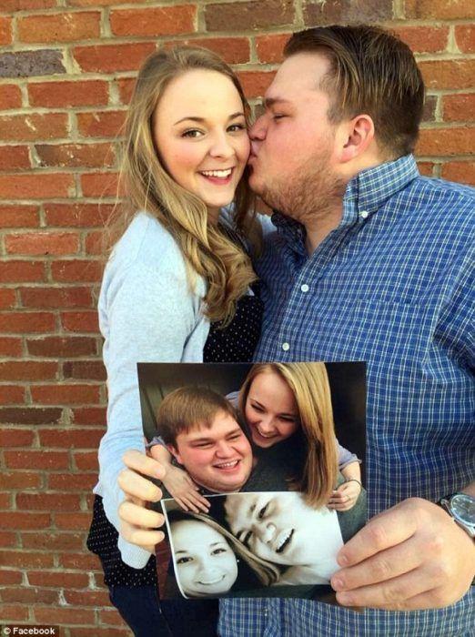 foto de aniversario pareja besándose con fotos en la mano