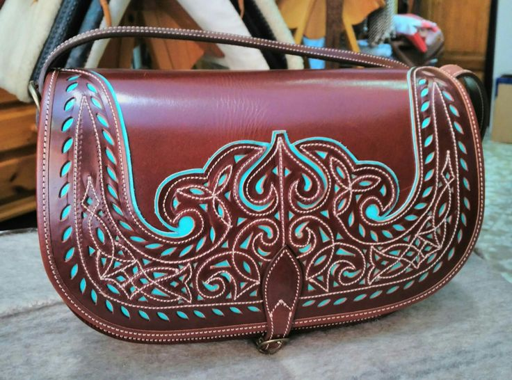 Nuevo bolso picado, que sale para Concentaina Alicante.  Para ver más  http://m.guarnicionerialopez.com/guarnicionerialopez_producto.php?nid=4  #handicraft #artisan #leathercraft #leather #leatherwork #leathergoods #custom#handcut #bags