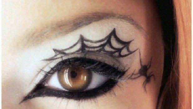 Halloween, il trucco della ragnatela per il viso e le braccia