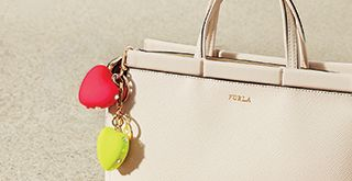 Step into Furla, browse the latest collections of Furla handbags, wallets, shoes and accessories. Free Returns Always. Kabelky furla.com