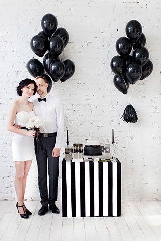 Black is a happy color: чёрно-белая свадебная фотосессия, жених и невеста у сладкого стола