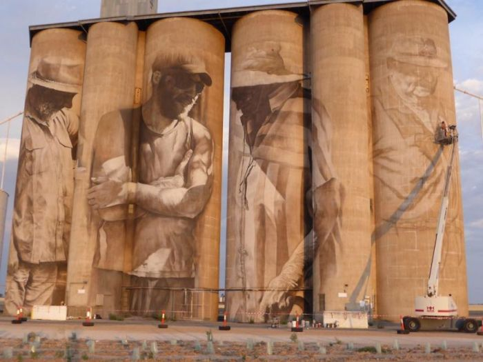 STRANGE AUSSIES - STUNNING MURAL CREATED ON 6 HUGE GRAIN SILOS IN RURAL BRIM AUSTRALIA!