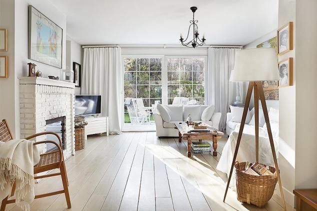 Salon w bieli. Zamiast marmuru wokół kominka cegła i drewniane decha pomalowana na biało. http://www.weranda.pl/domy-i-mieszkania/styl-skandynawski/15641-bialy-dom-w-stylu-skandynawskim #weranda #stylskandynawski #biel