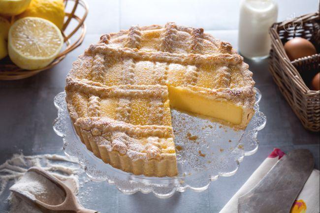 La crostata alla crema di limoni è una variante della crostata con frolla classica e crema pasticcera ai limoni perfetta per un desser da fine pasto!