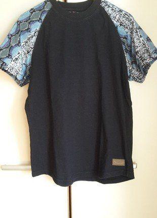 Kup mój przedmiot na #vintedpl http://www.vinted.pl/odziez-meska/koszulki-z-krotkim-rekawem-t-shirty/18613330-czarna-koszulka-z-wzorem-na-rekawach