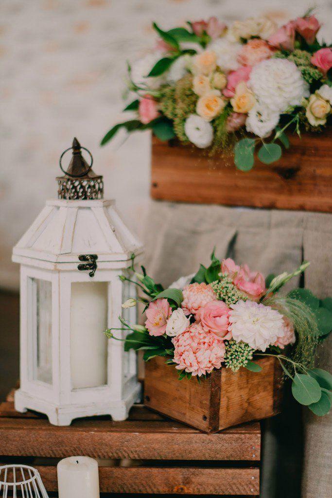 Свадьбы в белом цвете, Декор для оформления, Светильник, Свадьбы в коричневых тонах, Ящик, Свадьбы в розовом цвете, Букет невесты из эустом, Цветы, Роза, Хризантема, Эвкалипт, Скиммия