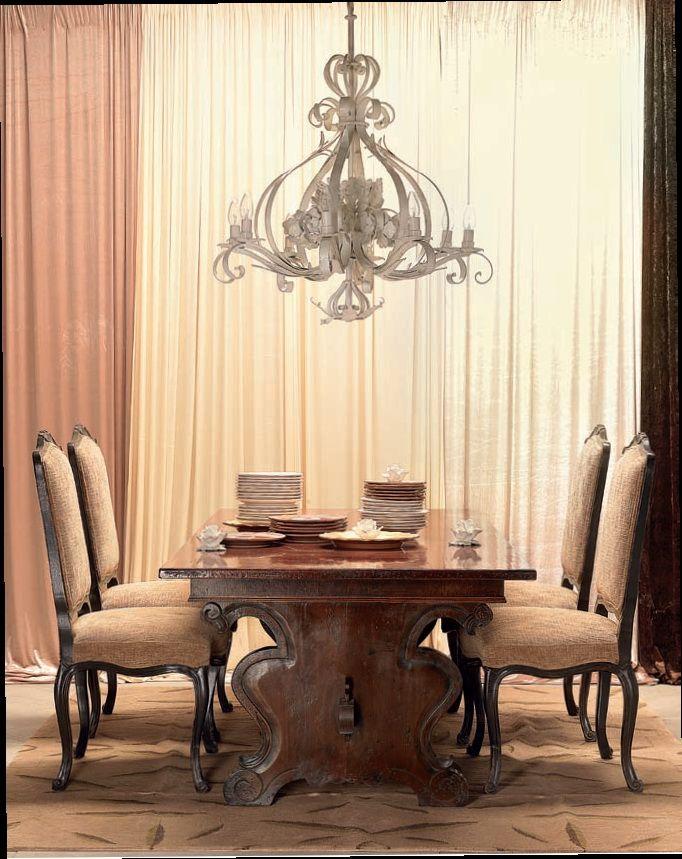 Стол из вишневого дерева от итальянского производителя MOBILI BERTELÈ отсылает к эпохе Ренессанса.