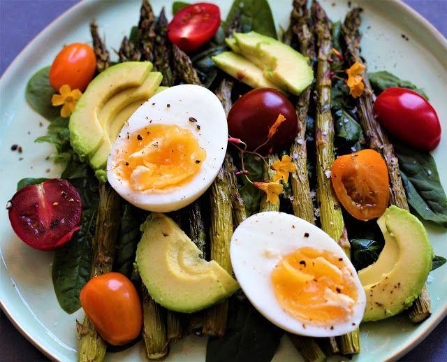 Spring salad w. asparagus, eggs and avocado