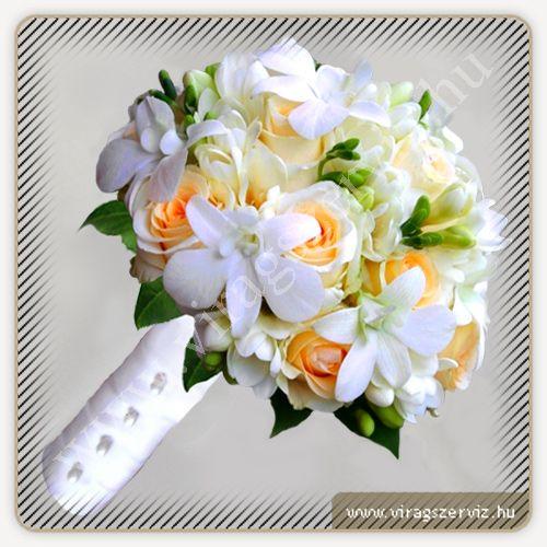Menyasszonyi csokor fehér fréziából, ekrü színű rózsából