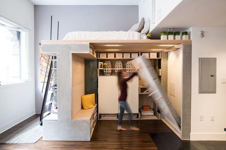 За сухостираемой доской находится откидная кровать для гостей.