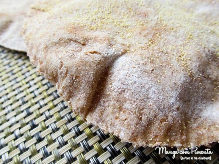 Pão Sírio Integral - Pita, aprenda a fazer essa delícia na sua casa. Clique na foto para ver a receita no blog Manga com Pimenta.