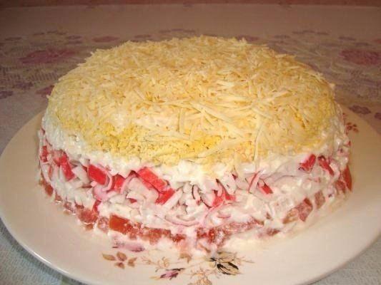 Салаты с крабовыми палочками (мясом)    1. Салат 'Нежный'    Ингредиенты:    Помидоры 2 шт  Крабовые палочки 250 г  Яйца вкрутую 4 шт  Сыр 150 г  Майонез  Соль    Приготовление:    Выкладываем салат слоями: мелко нарезанные помидоры (если они очень сочные, сок лучше слить) - крабовые палочки - белки яиц (натереть на терке) - натертые желтки - тертый сыр. Все слои промазать майонезом.    2. Салат 'Вкусненький'    Ингредиенты:    100 г. крабовых палочек  2 яйца  1 плавленый сырок  1 небольшой…