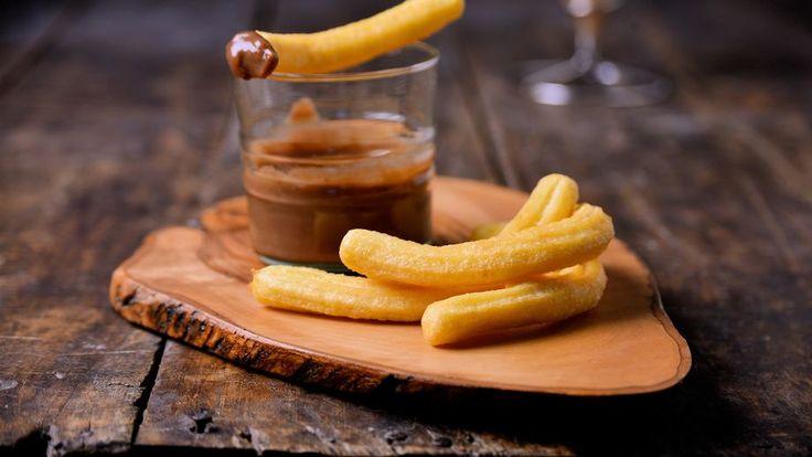 En primer lugar, vamos a preparar la crema de morcilla. Para ello, pochamos la cebolla junto con el ajo, el laurel y el tomillo en una sartén con aceite de...