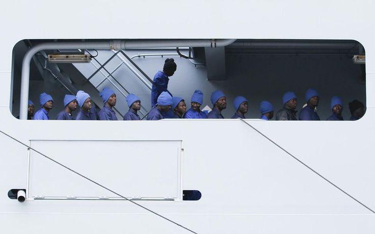 Des migrants s'apprêtent à débarquer du Frankfurter am Main, navire de la marine allemande déployé en Méditerranée dans le port sicilien de Pozzallo, le 16 mars.