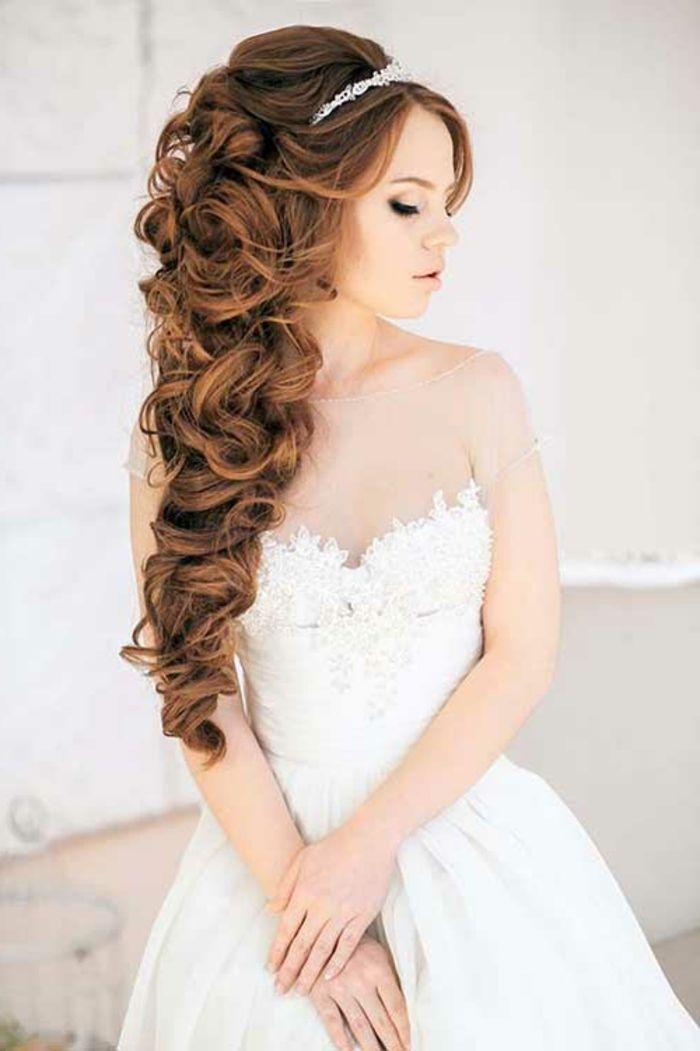 Brautfrisur für besonders lange Haare, große Locken, zusammengesteckt, Diadem aus Kristallen als Hochzeitsschmuck