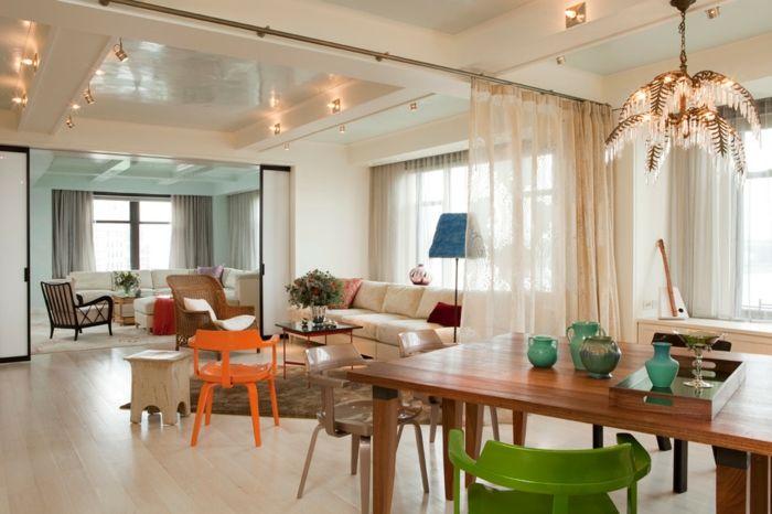 offene küche wohnzimmer abtrennen vorhang holztisch geüner stuhl teppich creme weiße couch oranger stuhl holzhocker