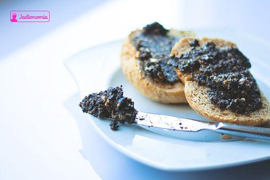 Pasta z czarnych oliwek z tymiankiem i słonecznikiem » Jadłonomia · wegańskie przepisy nie tylko dla wegan