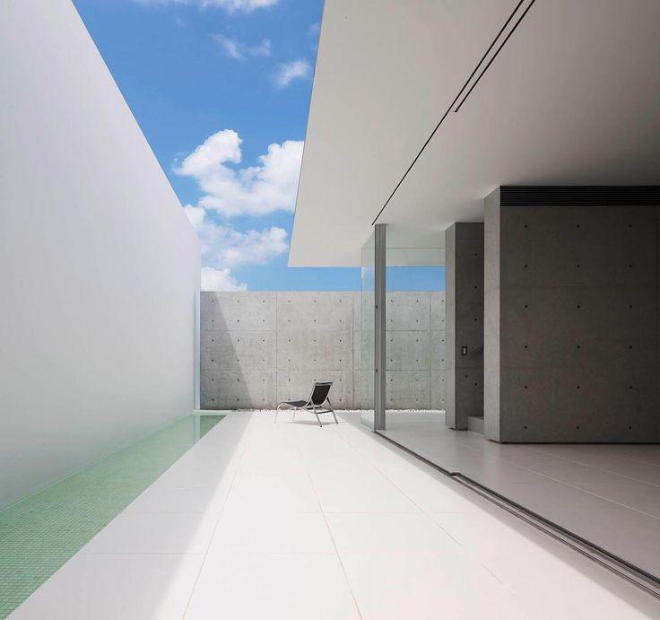 Kendi içinde iç ve dış mekan arasındaki sınırları ortadan kaldıran yapı, beyaz bir çerçeve ile tanımlı. �� Kenji Masunaga @kubotaarchitectatelier  #architecture #interior #design #house #atrium #facade #concrete #glass #japan #mimari #içmekan #tasarım #konut #cephe #brütbeton #japonya #VBenzeri http://turkrazzi.com/ipost/1515880176101431373/?code=BUJfP0alRhN