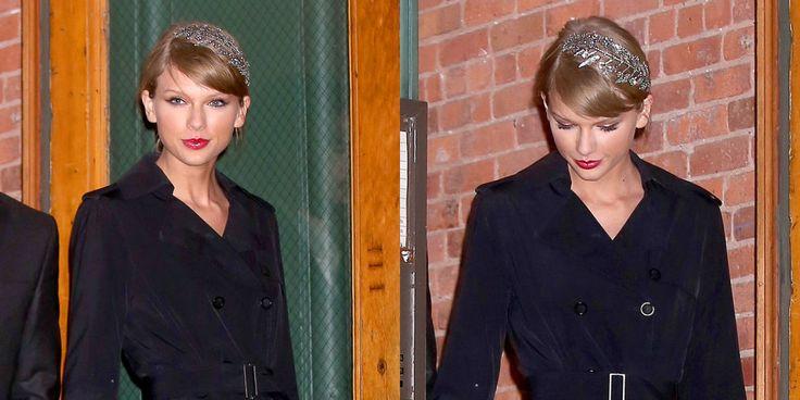 """Non solo Taylor Swift si garantisce le migliori amiche famose, ma ha un """"discreto"""" talento nella scelta degli accessori per capelli. Con un cerchietto luccicante, fissato a un lato della sua coda di cavallo, ci offre un'ispirazione definitiva per una festa. Grazie, Swifty. -cosmopolitan.it"""