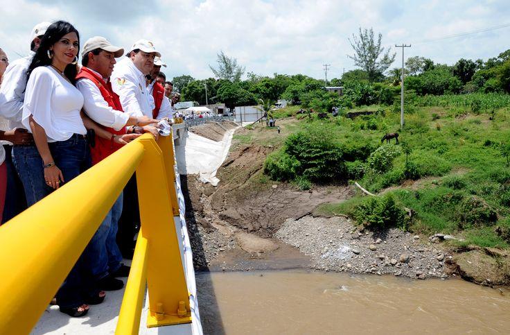 Al inaugurar el puente Prosperidad, el gobernador junto con autoridades hizo un recorrido para constatar los detalles de su construcción, así como los materiales de primera calidad empleados en la obra.